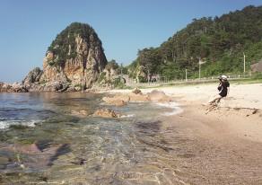 透けるような海と温泉でのんびり過ごす